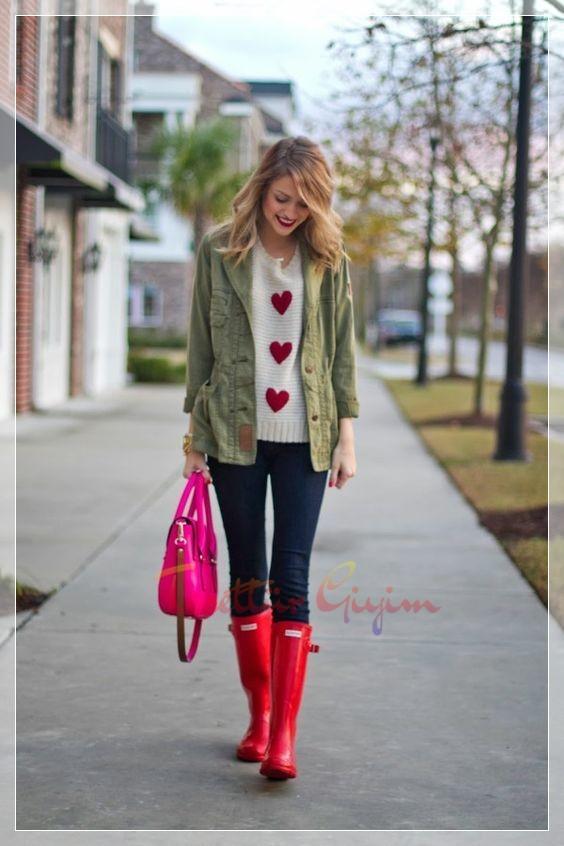 kırmızı çizmeli yağmurlu hava kombini