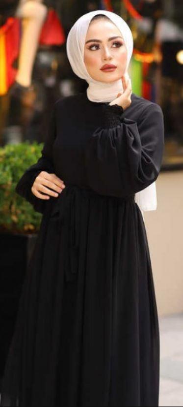Beyaz şal ile siyah elbise