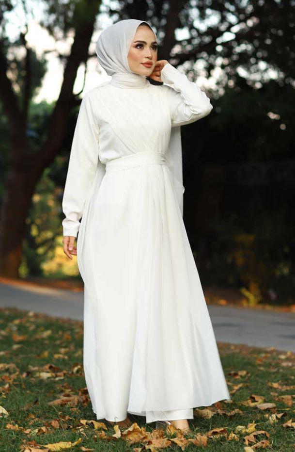 Beyaz şal beyaz elbise kombini