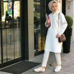 Beyaz Elbise şal üniversiteli kombini