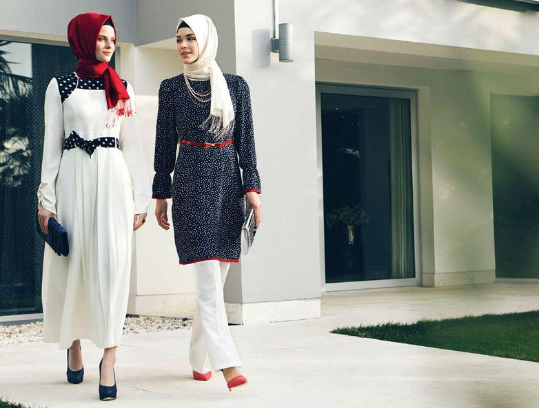 Kırmızı şal ve beyaz elbise