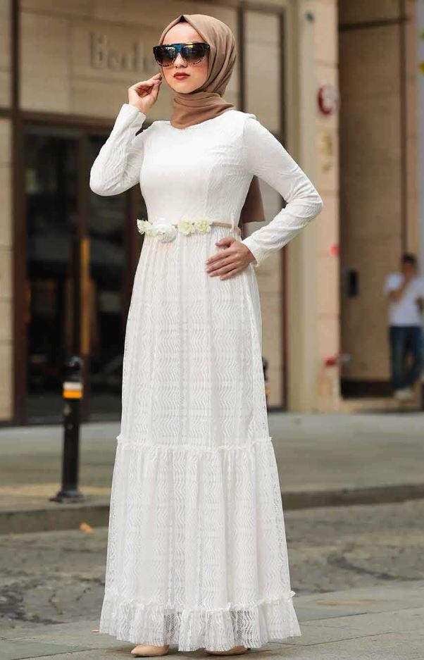Kahverengi Şal Beyaz Elbise