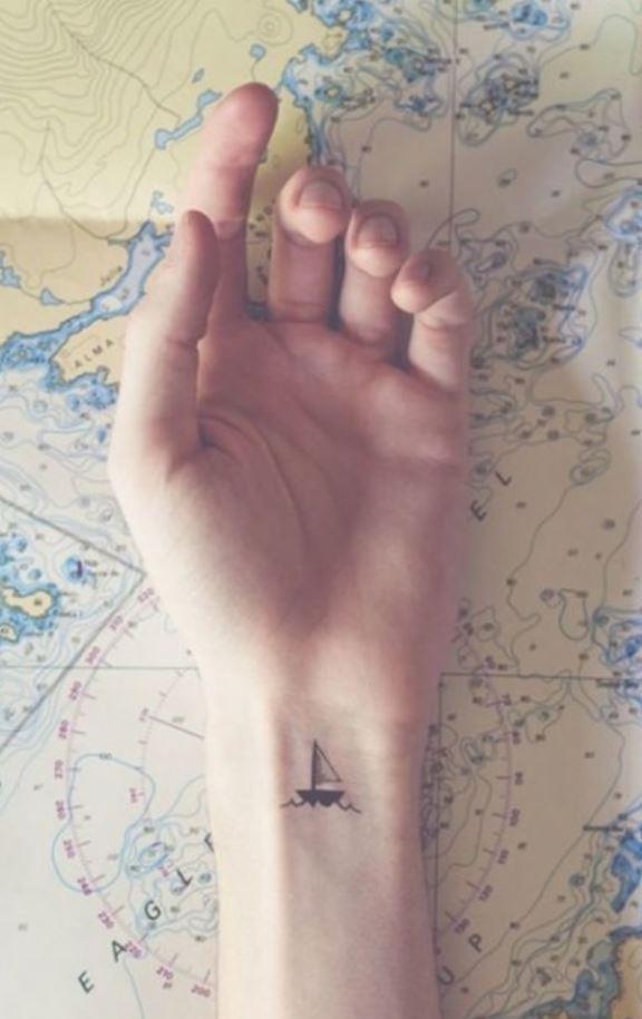 Bilekte Gemi Dövmesi