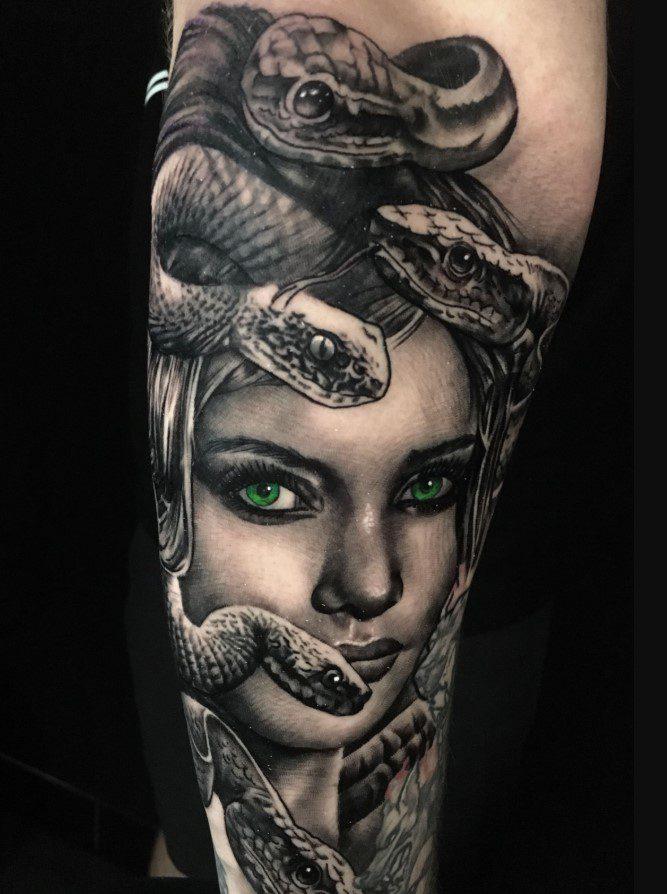 Renkli Medusa Dövmesi