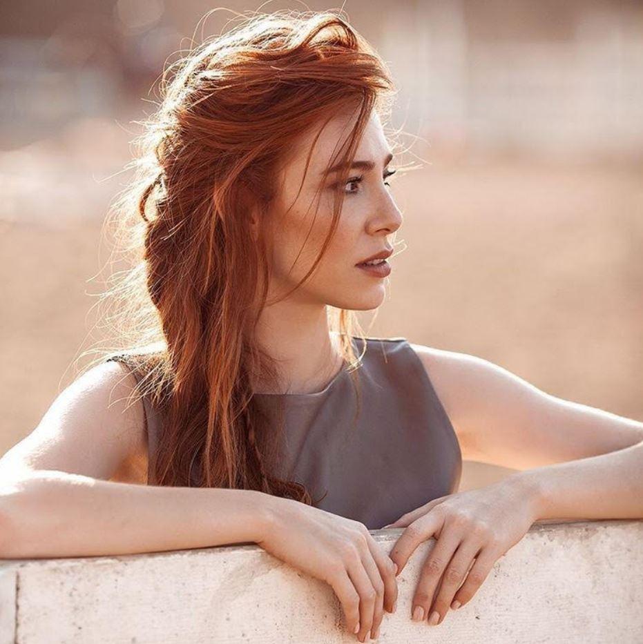 Elçin Sangu Uzun Kızıl Saç Rengi