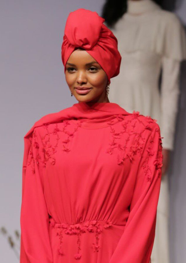 Halime Aden Kırmızı Elbise Kombini