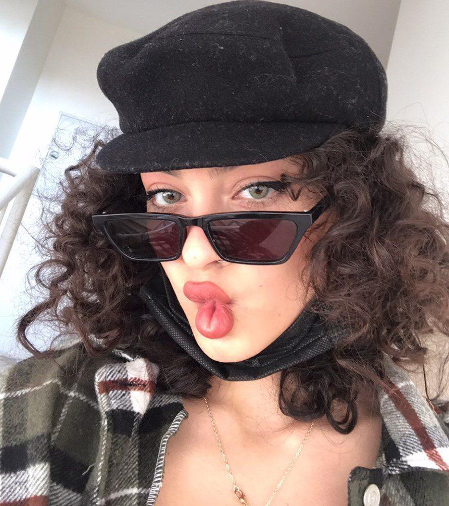 Aysude Tiktok Şapka Gözlük Kombin