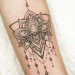 Bileğe Lotus Çiçeği Dövmeleri
