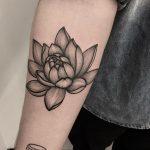Erkeklere Özgü Lotus Çiçeği Kol Dövmesi