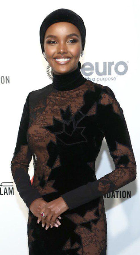 Halima Aden Kadife Elbise