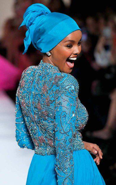 Halima Aden Mavi Parlak Abiye