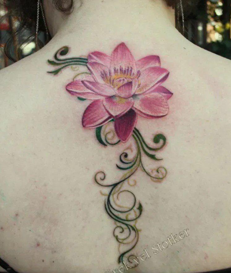 Sırta Renkli Lotus Çiçeği Dövme