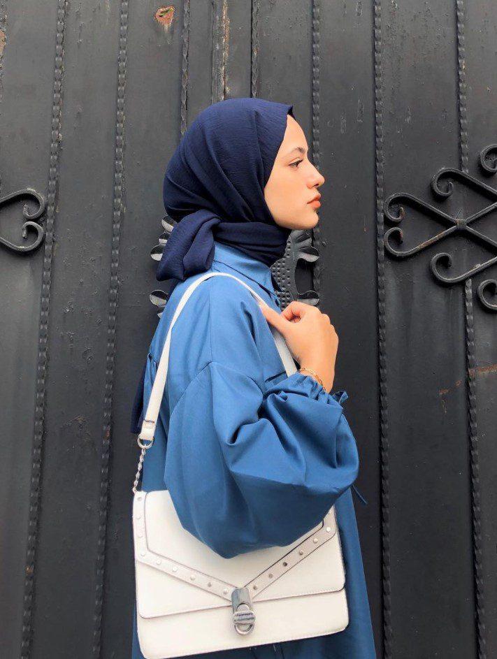 Ayşenur Coşkun Mavi Gömlek Beyaz Çanta Kombini