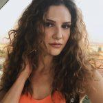 Alina Boz Kıvırıcık Saç Modeli