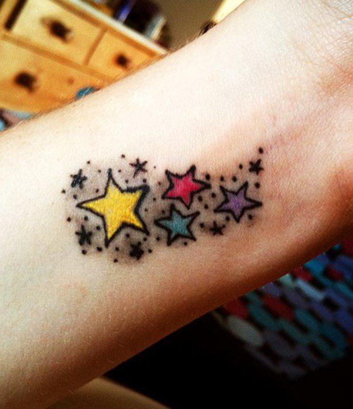 Bileğe Renkli Yıldız Dövmesi