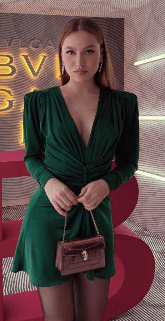 Duygu Özaslan Yeşil Elbise Modeli