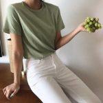 Esmerler için Haki tişört beyaz pantolon kombini