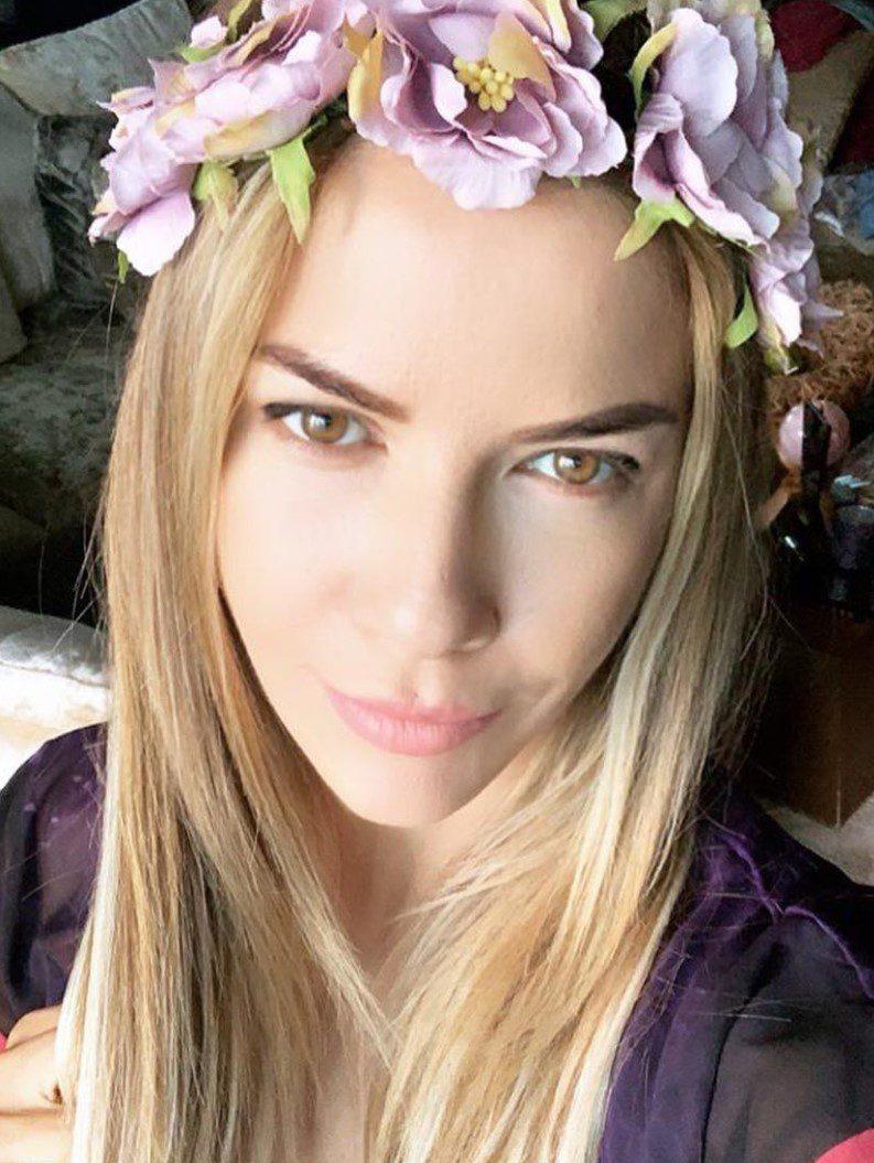 Ivana Sert Düzleştirilmiş Saçları