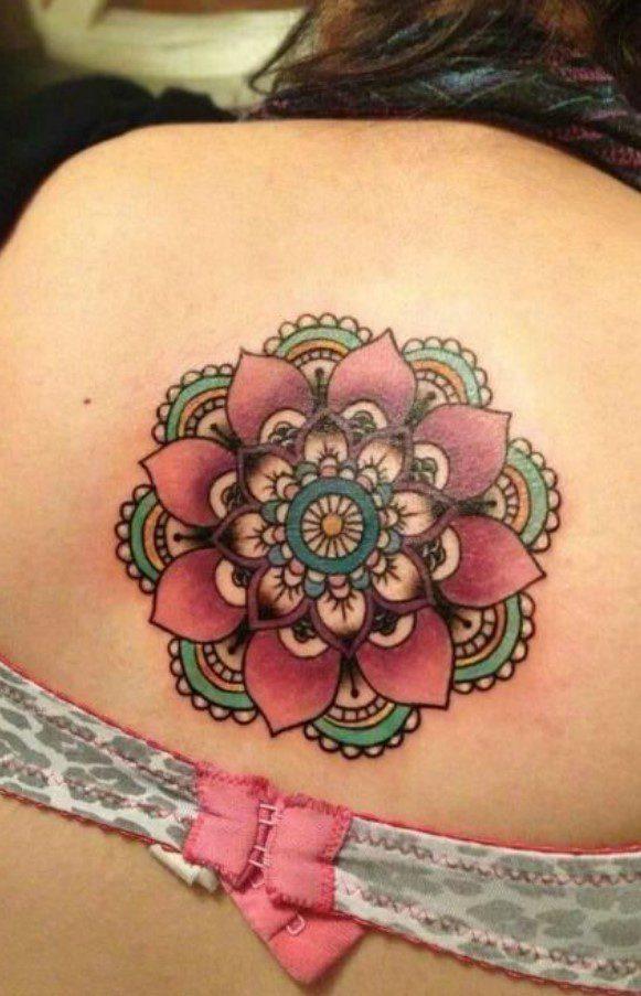 Kadın Renkli Sırt Mandala Dövme