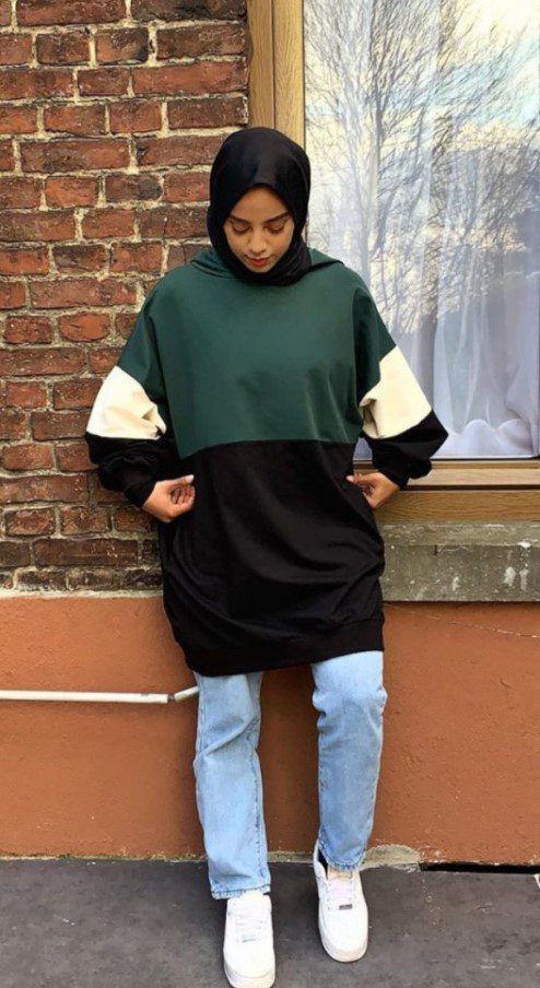 Tesettürlü Üniversiteli Renkli Sweatshirt Kombini