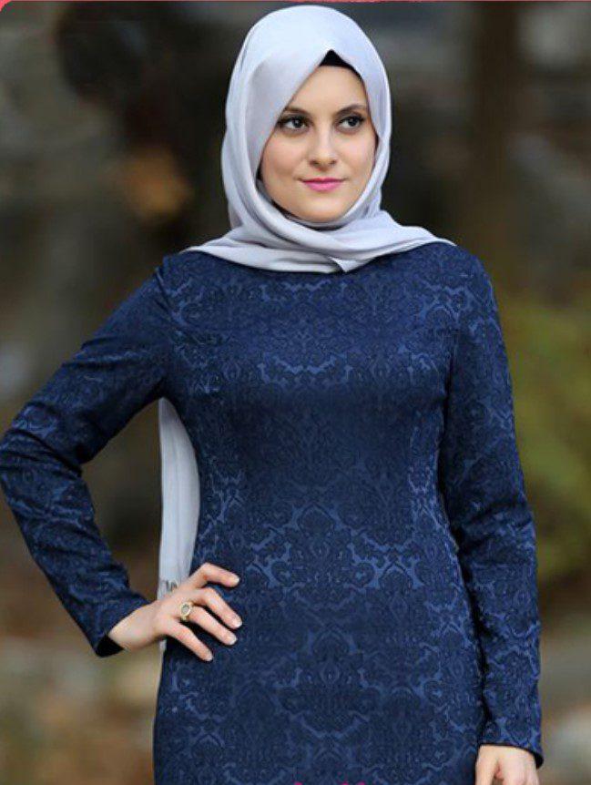 açık mavi eşarp ve dantelli desenli lacivert elbise