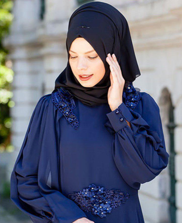 siyah eşarp ve lacivert elbise