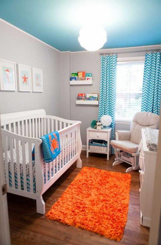 Beyaz Turkuaz Tavanlı Bebek Odası Dekorasyonu