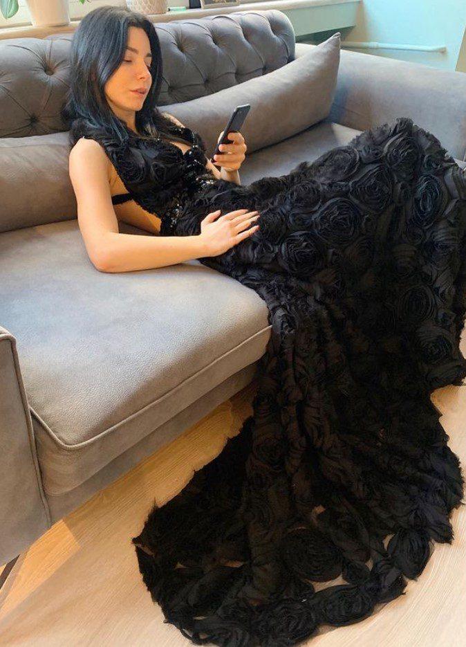 Merve Boluğur Çiçekli Elbise