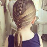 Kız Tek Örgü Saç Modeli
