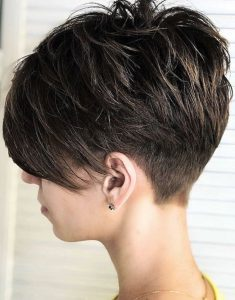 Siyah Kısa Pixie Saç Modeli